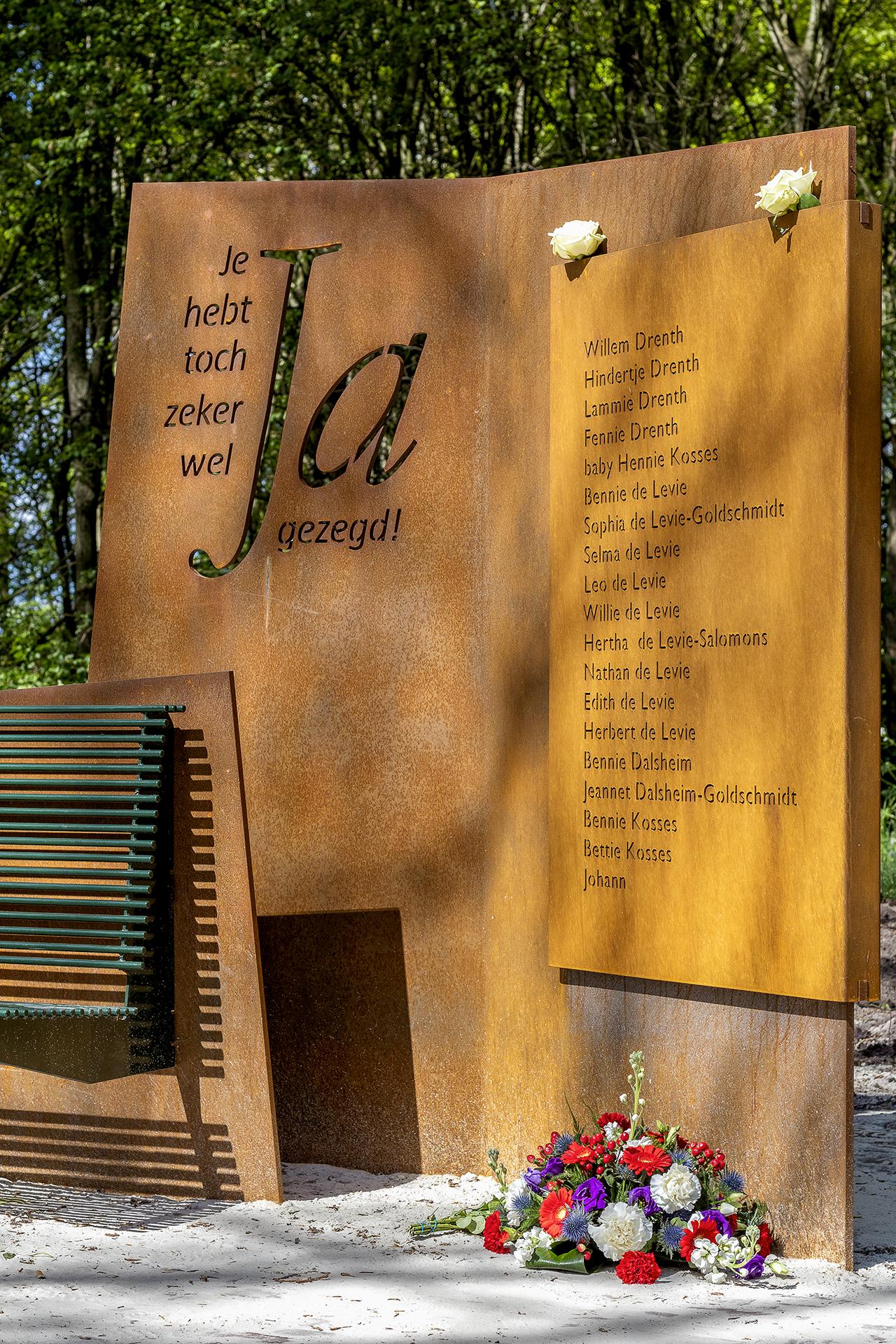 Het paneel met namen van de familie Drenth en de onderduikers dat onderdeel is van Monument21.